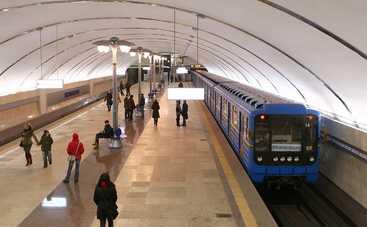 В киевском метро замечена группа в одних трусах (фото)