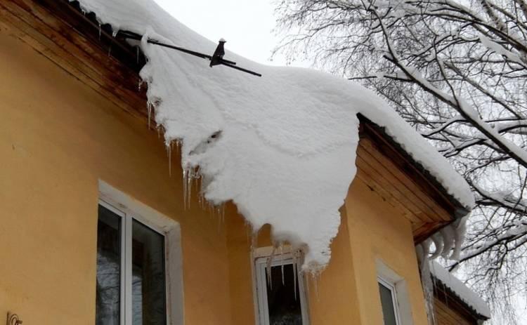 В Киеве глыба снега знатно помяла чью-то машину (фото)