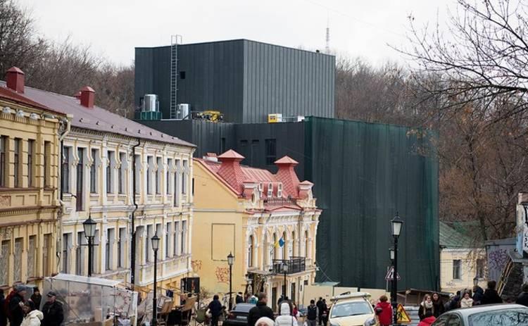 На Подоле под крики «позор» открыли скандальный театр (видео)