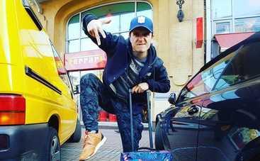 Неизвестные обокрали автомобиль знаменитого телеведущего (фото)
