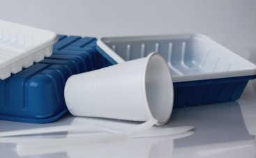 Скрытая опасность: что нельзя хранить в пластиковой посуде?