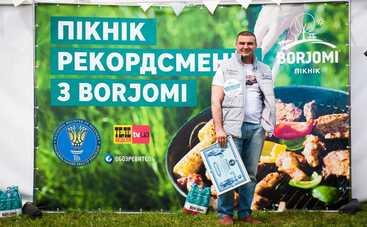 В Киеве рекордно быстро пожарили шашлык под аккомпанемент юной гитаристки