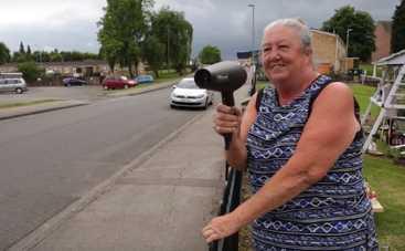 Британская пенсионерка использует фен для борьбы с гонщиками (видео)