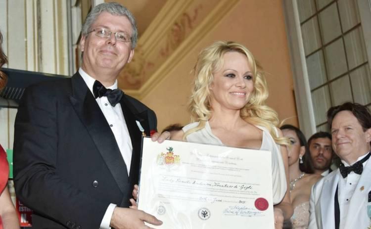 В Италии разоблачили афериста, сделавшего «графиней» Памелу Андерсон (фото)