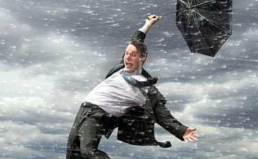 Коротко о погоде: ирландского ведущего сдуло ветром (видео)
