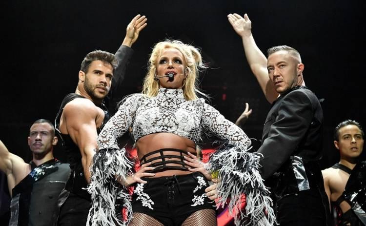 Бритни Спирс спела для своего телохранителя (видео)