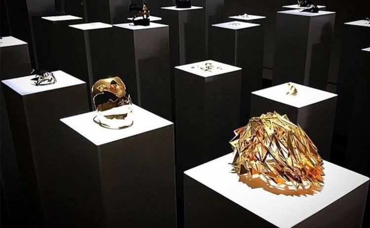 Селфи ценой в 200 тысяч долларов: девушка устроила погром в галерее (видео)