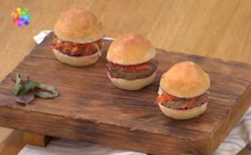 Бургер с печенью и малиновым соусом от Марины Шевченко (рецепт)