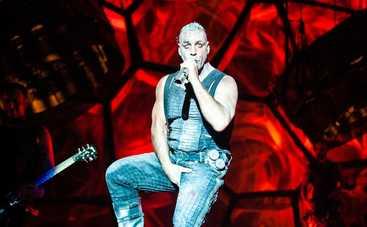 Лидер группы Rammstein пьет водку с российскими звездами и просит помощи