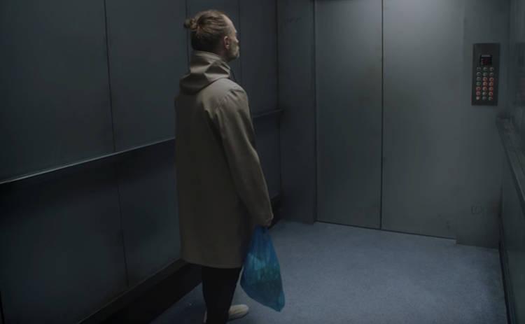 Новый клип «Radiohead»: Том Йорк не умеет выносить мусор