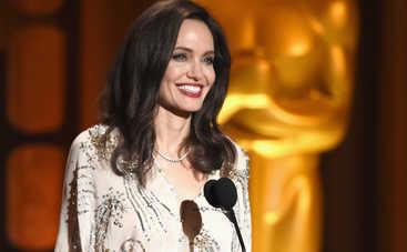 Анджелина Джоли устроила жаркие танцы со старушкой