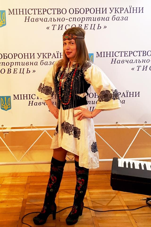 molodaja-pevitsa-poluchila-zvanie-zasluzhennoj-artistki-ukrainy_01