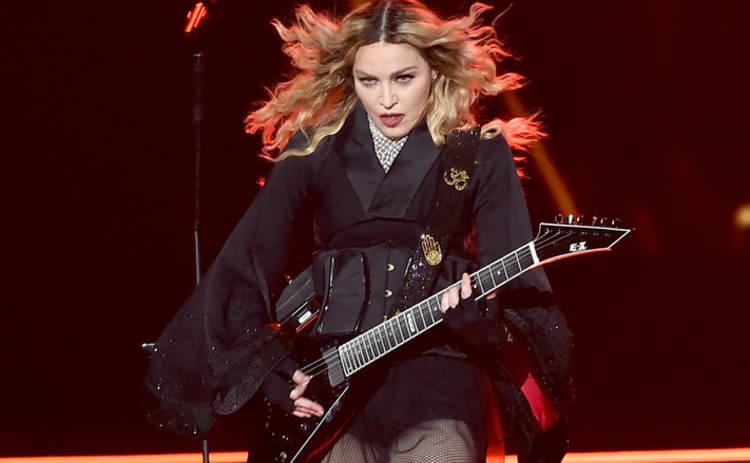 Мадонна выставила напоказ свою грудь