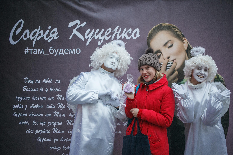 finalistka-detskogo-evrovideniya-razdala-na-kreshchatike-tysyachu-serdec-1