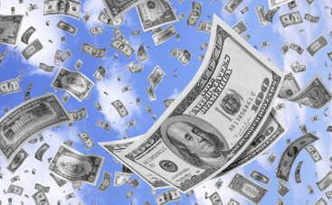В США инкассаторы спустили на ветер тысячи долларов