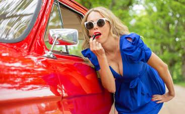 Немного самоиронии: лучшие анекдоты про девушек за рулем