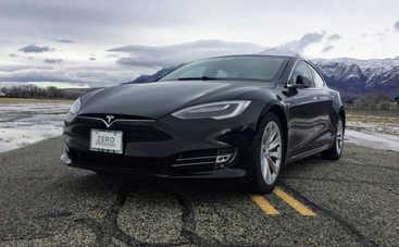Tesla продолжает «чудить»: на полном ходу врезалась в пожарную машину