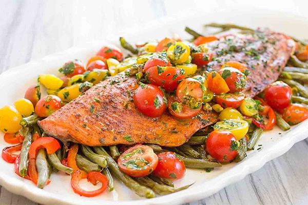 zapechennyy-losos-s-pomidorami-cherri-ot-pevicy-indiry-recept-105561