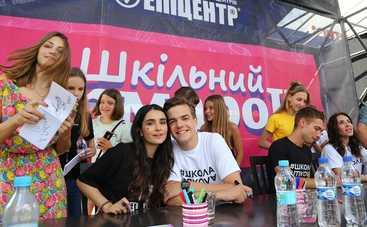 Герои сериала «Школа» расписались в самой большой тетрадке Украины