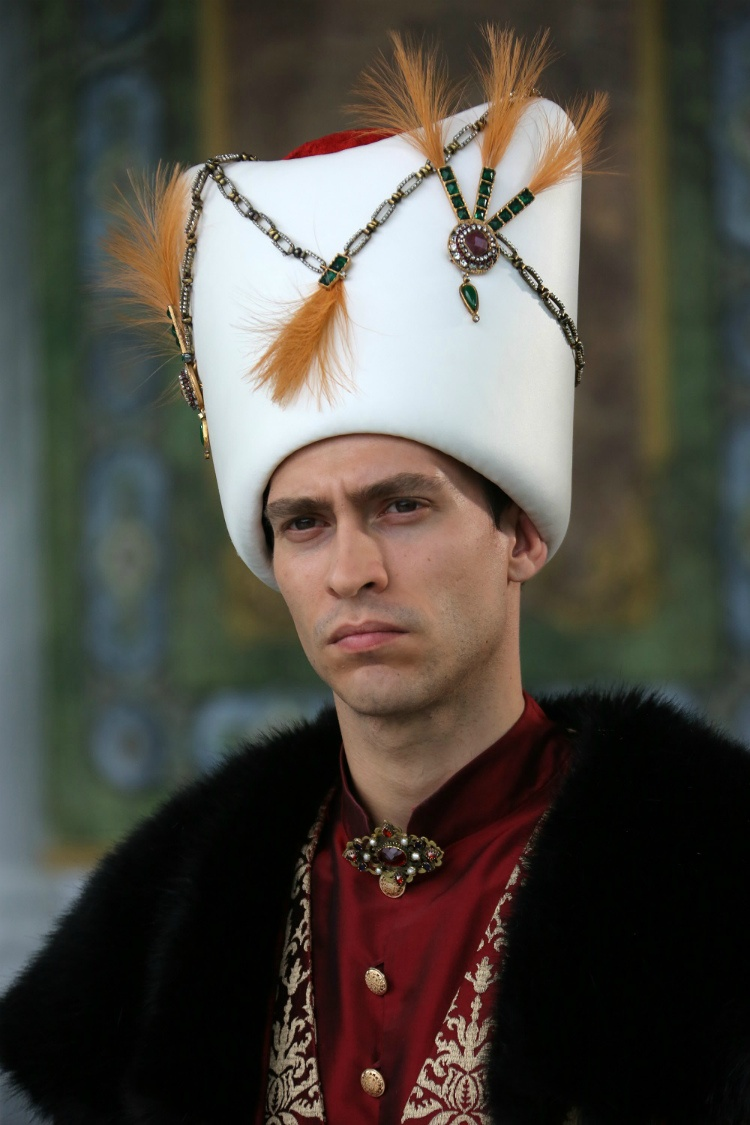 velikolepnyj-vek-novaja-pravitelnitsa-chto-izvestno-ob-ispolnitele-roli-sultana3