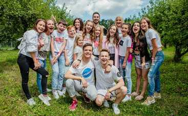 Актеры сериала «Школа» на «1+1» снялись в фотосессии со своими фанами