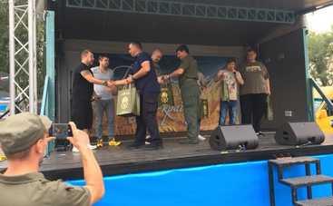 Без костюмов, но с аншлагом: актеры студии «Квартал 95» выступили перед бойцами