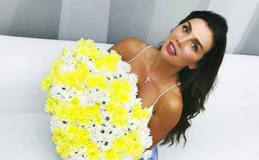 Анна Седокова шокировала публику платьем со слишком откровенным разрезом