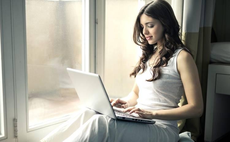 Работа за компьютером девушки работа по веб камере моделью