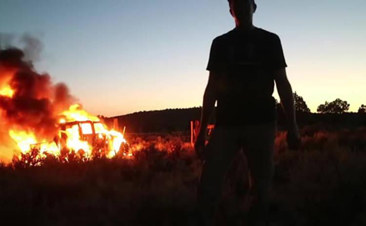 Блогер снял на видео, как полностью сгорел его Jeep