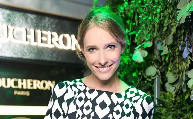 Катя Осадчая в блестящем платье с обнаженными плечами позировала на камеру