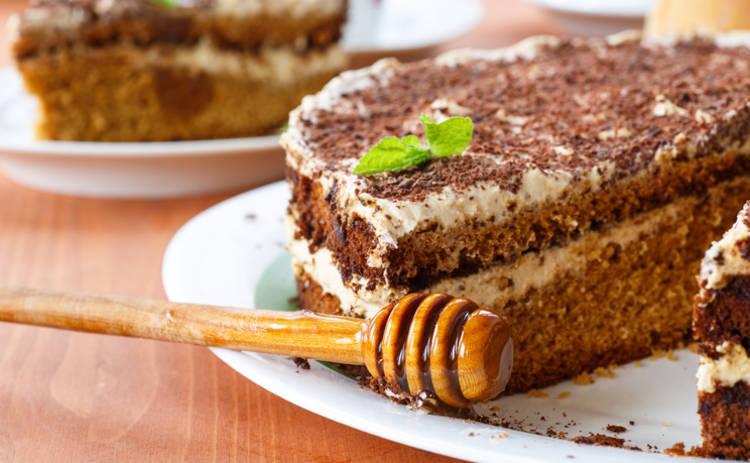 «Ленивый медовик»: шикарный десерт за 60 минут (рецепт)