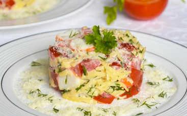Салат «Восторг» с крабовыми палочками, яйцом и помидорами (рецепт)