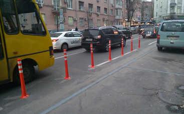 В Киеве ограждают полосы общественного транспорта метровыми столбиками