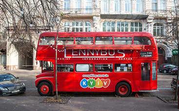 История красного автобуса в центре столицы