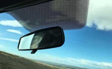 Зачем на стеклах авто нужны маленькие черные точки: раскрываем секрет