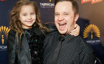 Дочь Артема Гагарина произвела фурор на красной дорожке M1 Music Awards