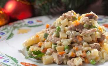 Просто объедение! Шикарный салат с копченой курицей и жаренной картошкой (рецепт)