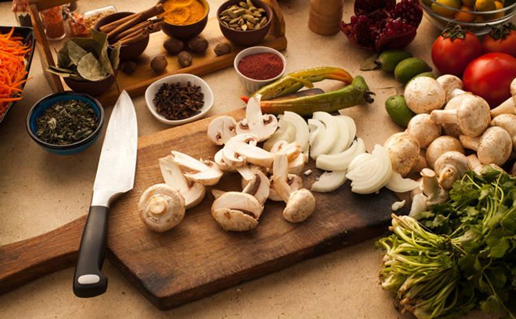 Пальчики оближешь! Салат с куриным филе и шампиньонами (рецепт)