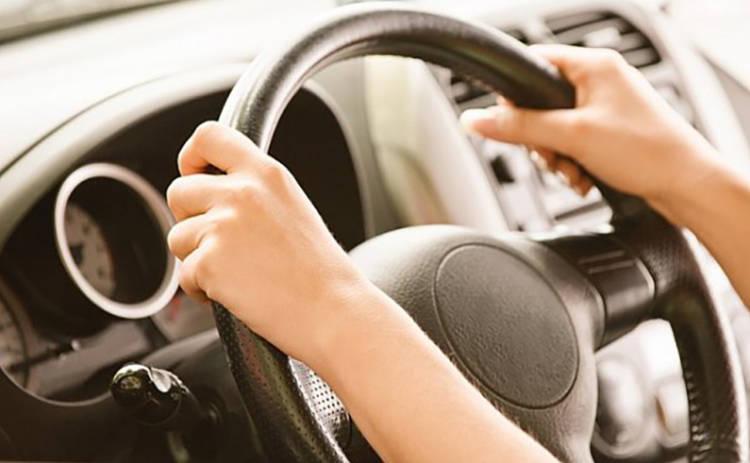 Как стоит держаться за руль: правильное положение рук