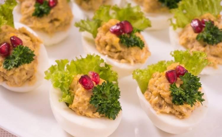 Новогодний стол 2019: шикарные фаршированные яйца (рецепт)