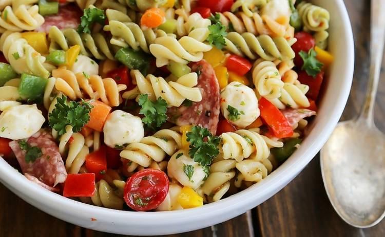 Итальянский салат с ветчиной и макаронами для гурманов (рецепт)