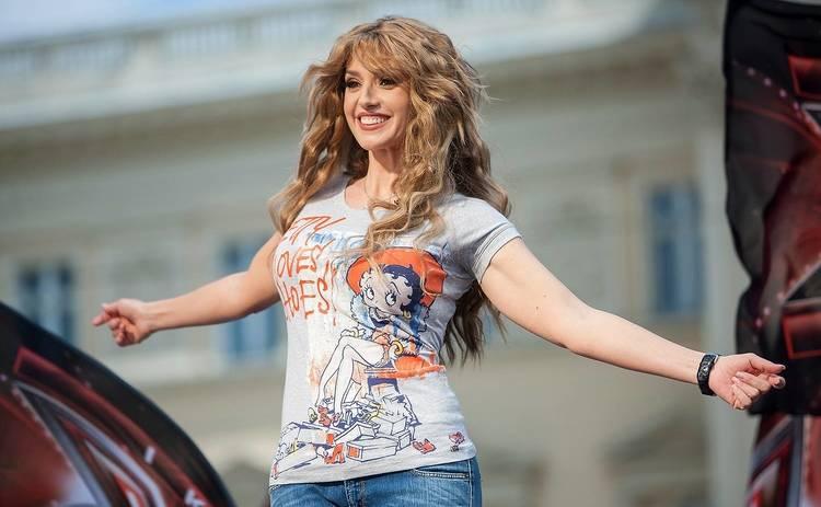 Красавицы! Оксана Марченко покорила Сеть редкими семейными фото с мамой