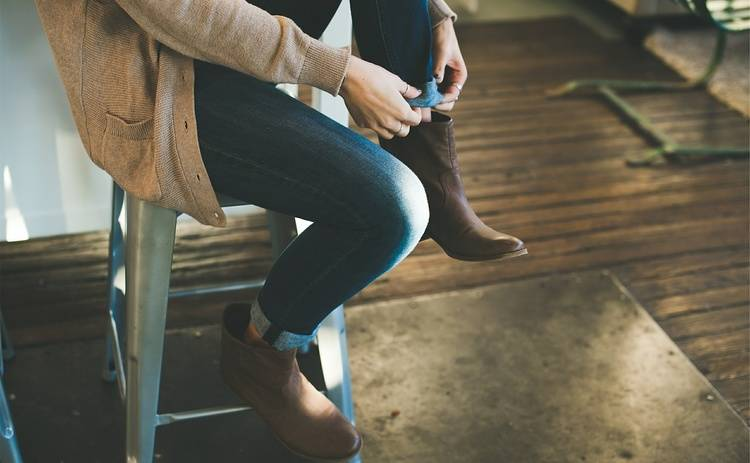 Джинсы в деловом стиле одежды: как носить тренд 2019 года на работу или учебу
