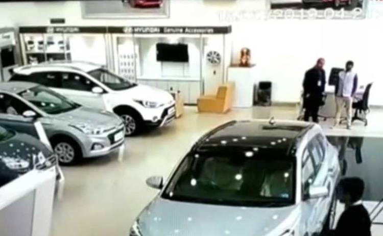 Из окна автосалона вылетел Hyundai: эпичное видео