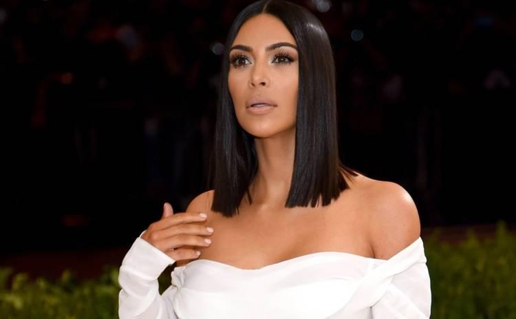 Ким Кардашьян прогулялась по Парижу в бархатных трусах