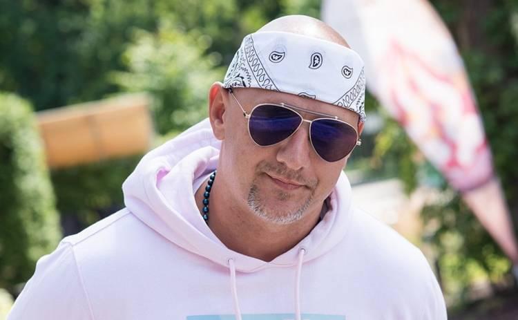 «Голенький на кухне»: Потап зачитал поздравительный рэп для украинок