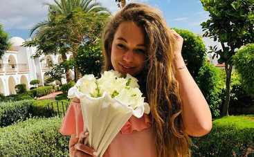 Яна Соломко покорила Сеть мини-платьем с цветочным принтом
