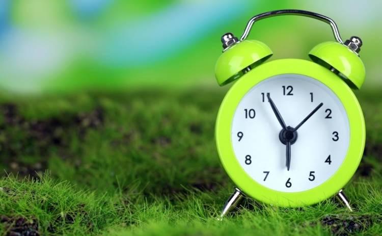 Украина переходит на летнее время: когда и как переводить часы