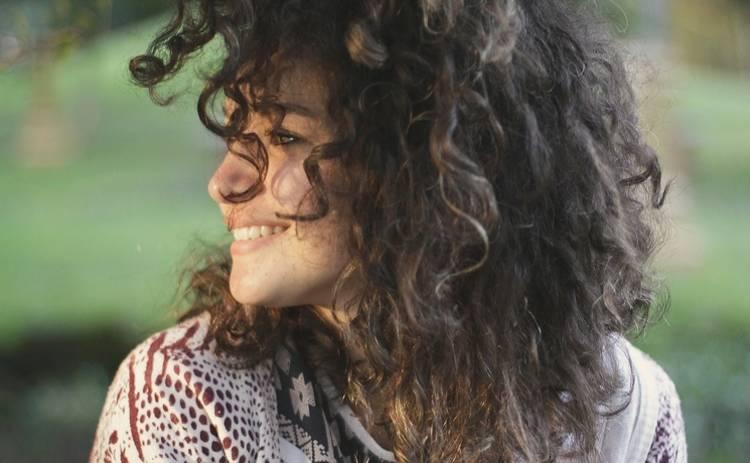 Как накрутить волосы: 4 лайфхака для стойкости прически