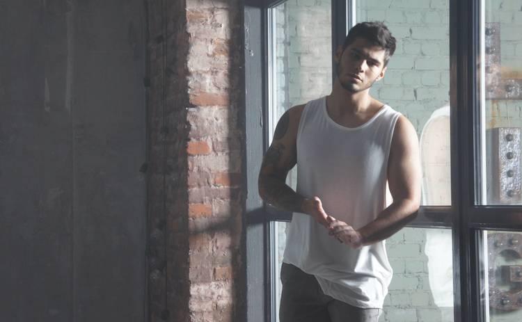 Известный украинский певец выпустил интимный клип